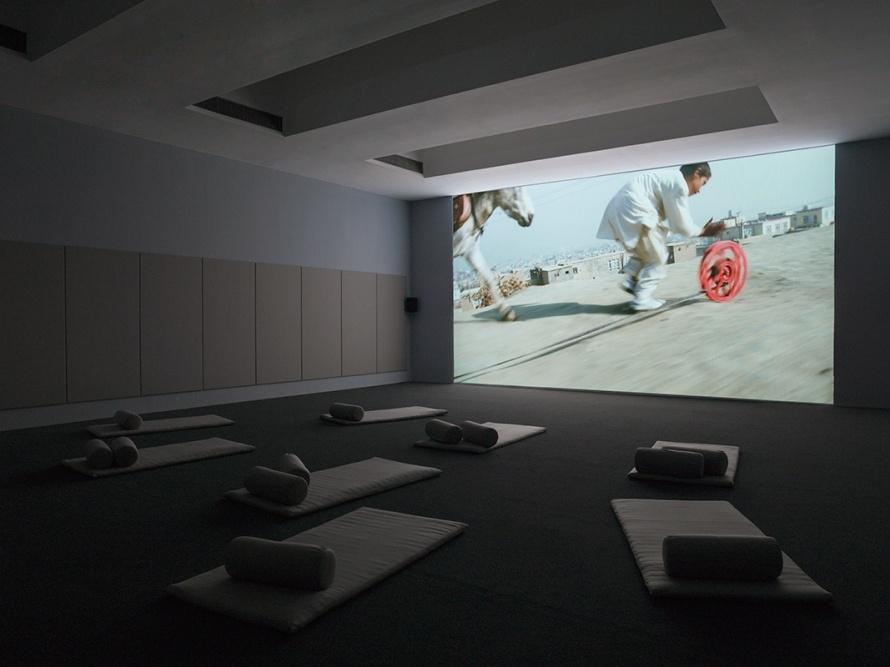 Франсис Алис, видео инсталляция Наматывать-Разматывать, галерея Adam Art