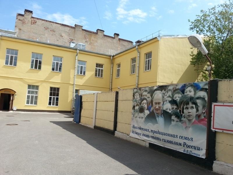 Детская больница и угол стройплощадки