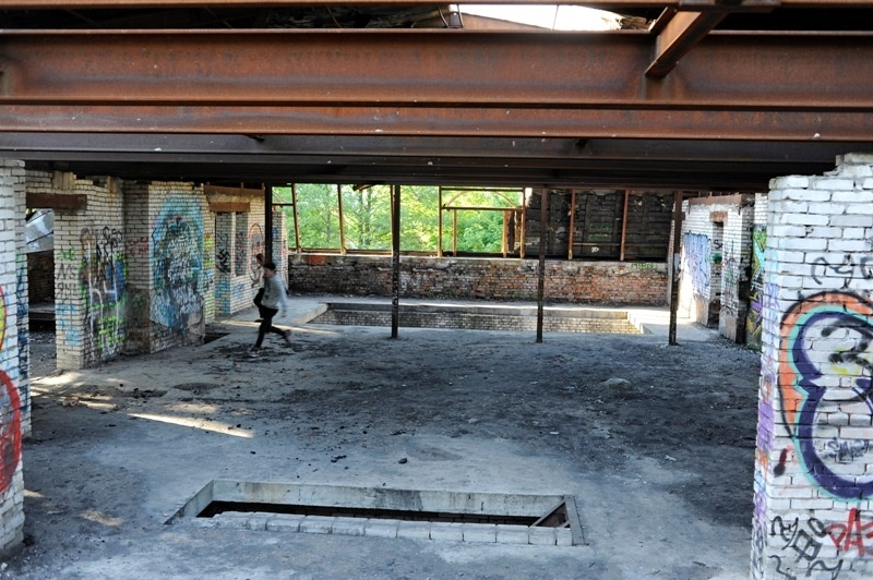 В полуразрушенном здании играют дети, фото: Сергей Ермохин