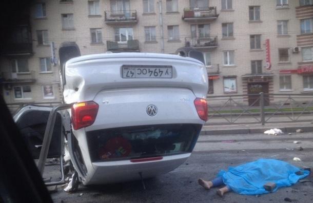 В Петербурге на Заневском проспекте перевернулся автомобиль