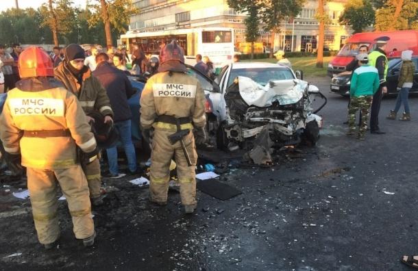 В больнице скончались полицейский и второй участник массовой аварии в Невском районе