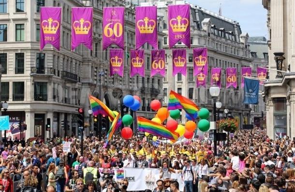 На гей-параде в Лондоне клон Путина стрелял из надувного автомата