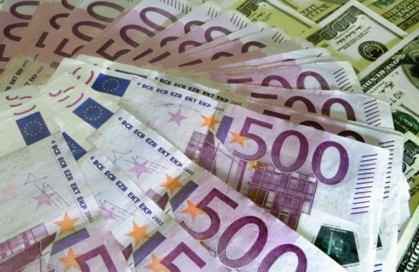Впервые за две недели курс доллара поднялся выше 55 рублей