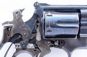 В Калининском районе пьяный пенсионер преследовал свою дочь с самодельными револьвером