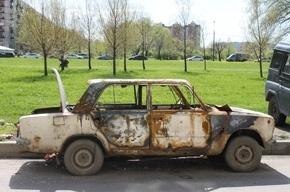 В Петербурге стали чаще бросать разукомплектованные машины во дворах