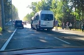 На Лахтинском проспекте произошла авария с рейсовым автобусом