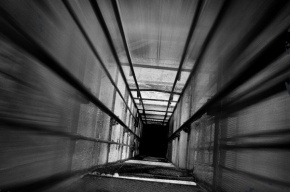 В Петербурге двое рабочих упали с третьего этажа, ремонтируя лифт