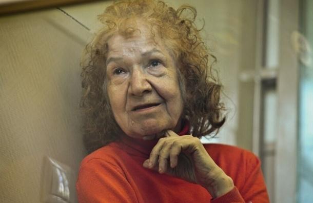 Бабушка-маньячка попала в объектив видеокамеры с останками жертвы