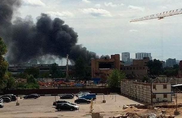 В Москве горит здание цеха бывшего завода ЗИЛ