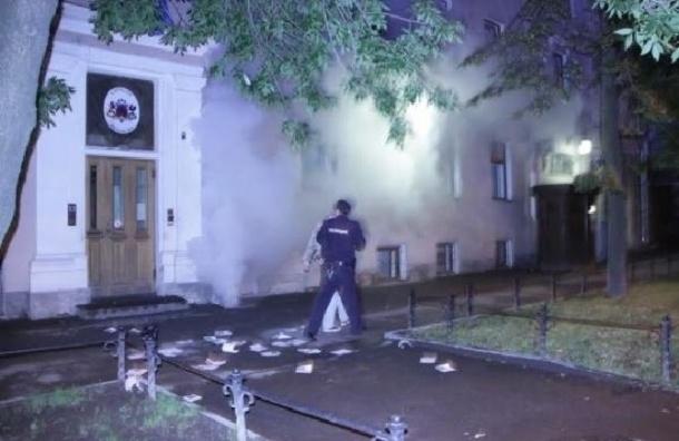В Петербурге «Другороссы» закидали консульство Латвии яйцами и дымовыми шашками