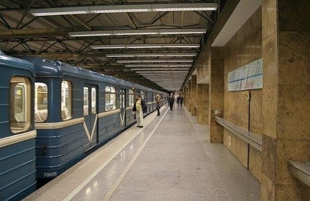 В Петербурге из-за поломки поезда закрыты две станции метрополитена