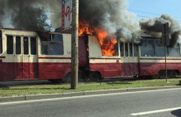 Очевидцы: на Пискаревском проспекте горит трамвай №9
