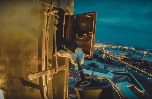 В Петербурге руферы сделали селфи на шпиле Петропавловской крепости