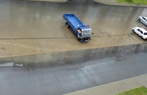 Очевидцы: Сильный ливень затопил несколько улиц в разных районах