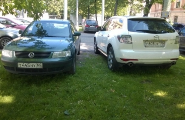 Газоны возле больницы в Петроградском районе превратились в парковку