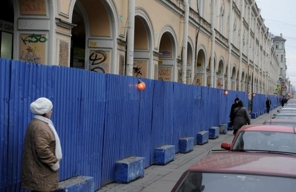В Петербурге сменят синие строительные заборы на серые