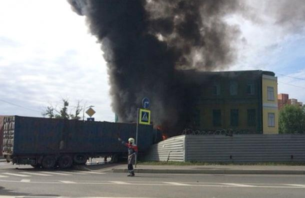 В Петербурге фура врезалась в заброшенный дом и загорелась