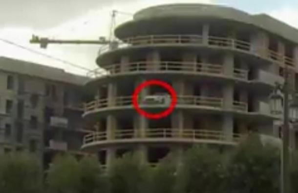 На Крестовском острове элитную иномарку припарковали на балконе строящегося здания