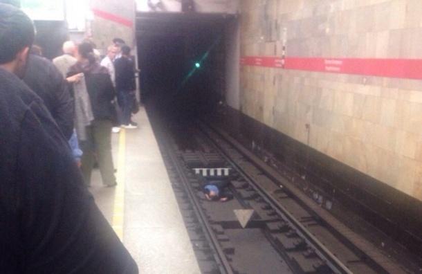 На станции «Проспект Ветеранов» человек упал на рельсы