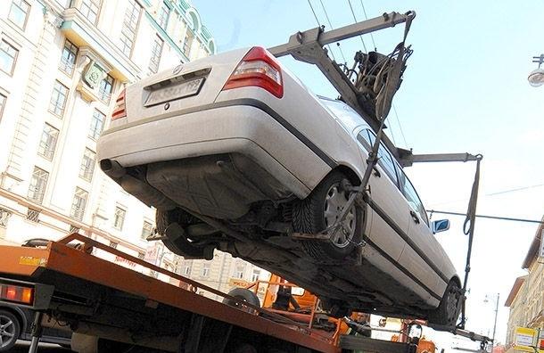 В Невском районе полицейские пытались эвакуировать машину с женщиной за рулем
