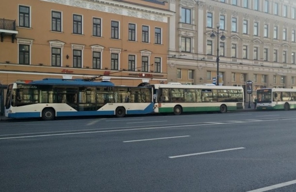 В центре Петербурга столкнулись два автобуса и троллейбус