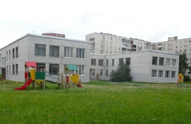 В Купчино прокуратура нашла в детском саду спящего в детской кроватке воспитателя и водку