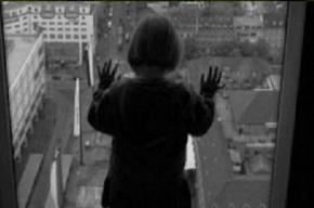 В Петербурге из окна пятого этажа выпала трехлетняя девочка