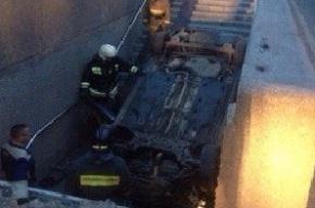 В Петербурге иномарка рухнула в подземный переход у станции метро