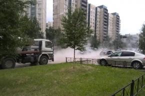 На проспекте Ударников прорвало трубу с горячей водой