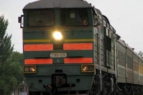 В Петербурге на одной из станций с рельс сошел грузовой поезд