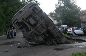 В Петербурге КамАЗ провалился под асфальт