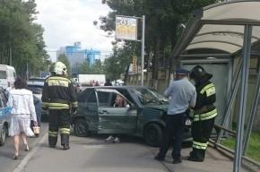В Петербурге отечественный автомобиль влетел в остановку на Цветочной улице