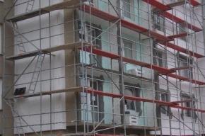 В Колпино мигрант серьезно пострадал при падении со строительных лесов