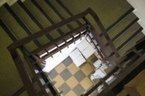 В Выборгском районе неизвестный погиб, упав в лестничный пролет