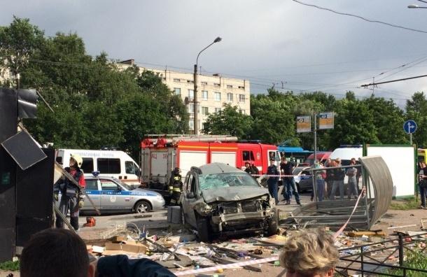 В Московском районе Renault сбил двух пешеходов, а затем снес ларек