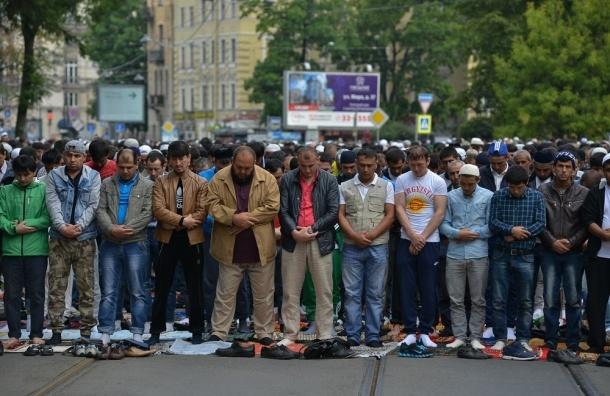 Больше 120 тысяч мусульман отметили Ураза-байрам у Соборной мечети в Петербурге