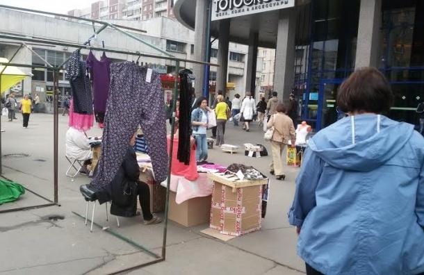 Жители Выборгского района требуют ликвидировать нелегальную торговлю возле метро