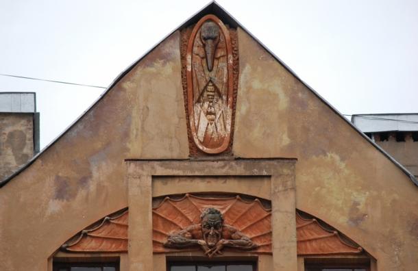 С дома на Петроградской стороне сбили Мефистофеля