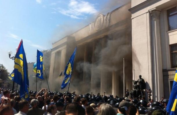 В столкновениях у Верховной Рады ранены около ста полицейских
