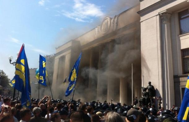 Митингующие в Киеве штурмуют парламент