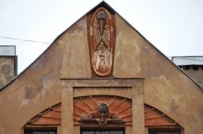 С дома на Лахтинской сбили Мефистофеля
