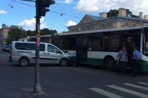 Минивэн протаранил автобус на Садовой улице
