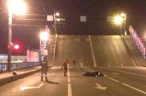 Байкер в Петербурге перепрыгнул разводящийся Дворцовый мост