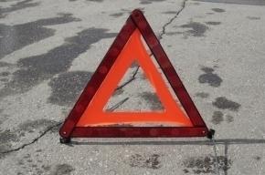 Иномарка сбила пешеходов и врезалась в светофор на Оптиков
