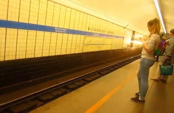 Под поезд на станции метро «Московские ворота» бросился пьяный мужчина