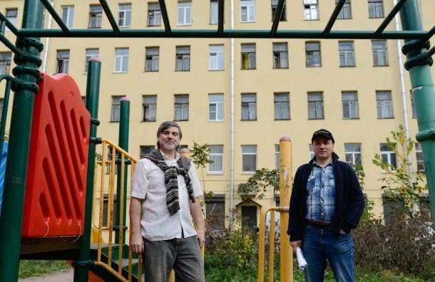 Петербуржцы бьются за двор с районными властями