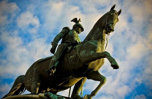 Памятник Николаю I в Петербурге повредили при установке рекламного щита