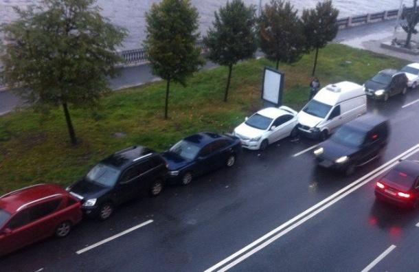 Микроавтобус собрал «гармошку» из шести машин на Петроградской