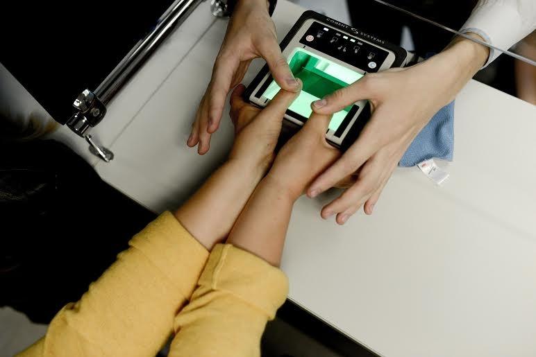 Отпечатки пальцев на шенгенскую визу, фото: Сергей Ермохин