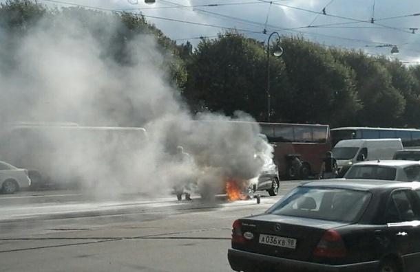 Парень и девушка сгорели в машине в центре Петербурга